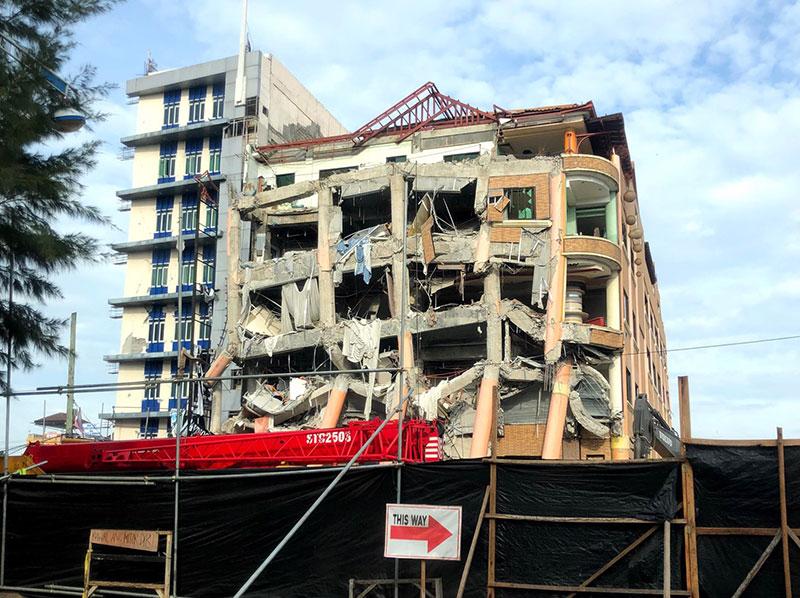 倒壊したホテル