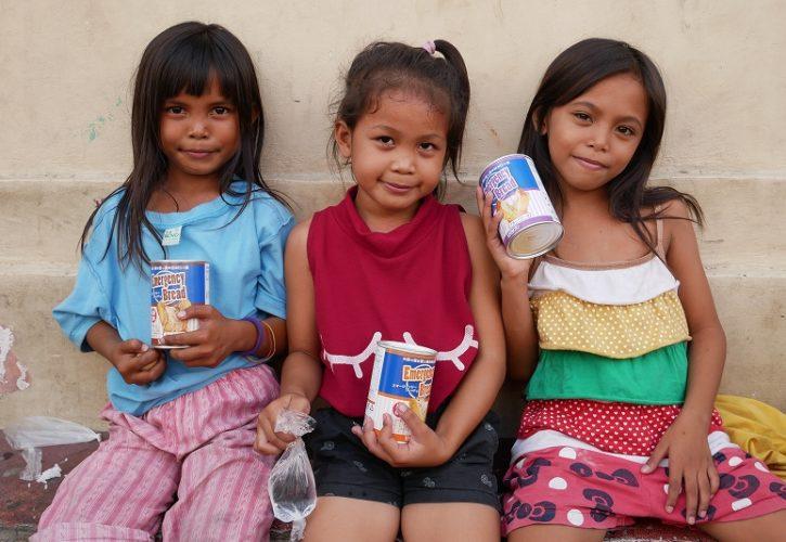 セブ島市内墓地スラムの子供たち